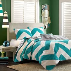 Dress your bed in the Libra Reversible Chevron Quilt Set for a bold pop of color. Decked out in a bright teal and white chevron design and a scaled-down grey and white chevron reverse, the quilt set is a fun and funky addition to any bedroom. Cama Chevron, Chevron Quilt, Turquoise Chevron, Black Chevron, Teal Blue, Dark Teal, Turquoise Room, Aqua, Bedrooms