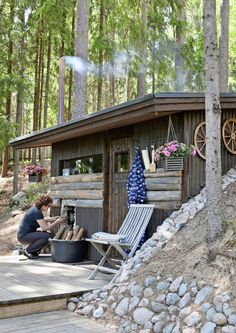 Näkymä tyynelle järvelle ja satavuotiaat hirret – 10 unelmien mökkisaunaa | Meillä kotona Outdoor Sauna, Outdoor Decor, Sauna Design, Finnish Sauna, Saunas, Backyard, Patio, Cabins In The Woods, Bushcraft