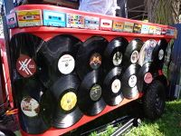 #DJ #vinyl #platen #bakfiets #stint #cassettes #tapes #rood #park #bevrijding #festival #Djhuren