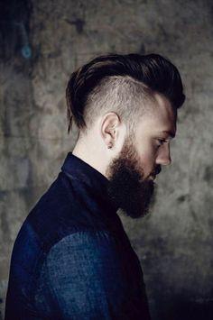 idees coupes de cheveux homme, costume élégant homme en bleu foncé design