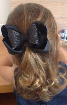 Lindo laço em gorgurão importado, com laço sobreposto duplo em lonita. Feito no bico de pato. Big Hair Bows, Hair Ribbons, Making Hair Bows, Ribbon Bows, Burlap Hair Bows, Toddler Hair Bows, Toddler Girl, Diy Accessoires, Hair Bow Tutorial