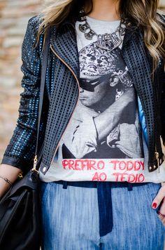 "Thássia Naves vestindo a t-shirt ""Prefiro Tédio ao Toddy""."