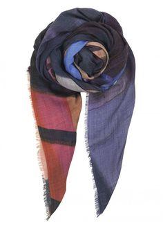 Vital-tørklædet fra Becksöndergaard med printet fotocollage er lavet i 100% uld. Det elegante design og de tidsløse farver passer til alle sæsoner.
