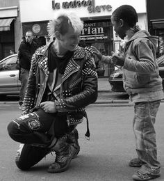 Панк разрешил любопытному ребенку потрогать свои шипы.