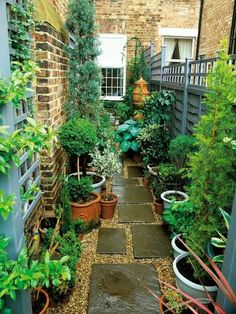Urban Garden Design Narrow Garden Space of Townhouse This very narrow space on the side of a townhouse is made more interesting by using an interesting paving pattern with tiles and pea gravel, plus a variety of plants in pots. Small Courtyard Gardens, Small Courtyards, Small Backyard Gardens, Outdoor Gardens, Courtyard Ideas, Side Gardens, Small Garden Spaces, Courtyard Design, Front Gardens