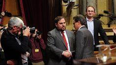 El Parlamento catalán insinúa que suspender la declaración de soberanía retrotrae al franquismo. La cámara catalana pide al TC que levante de «inmediato» la suspensión de la declaración de soberanía.