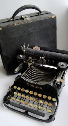 The 1917 Corona Typewriter stored up in the attic. Retro Typewriter, Antique Typewriter, Portable Typewriter, Vintage Design, Vintage Love, Retro Vintage, Vintage Items, Vintage Beauty, Antiques