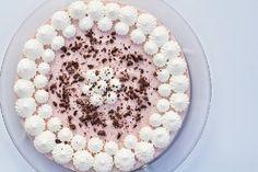 Browniekage med hindbær mousse kan bruges som en lækkert dessert eller lidt kage til kaffen. Uanset hvad er den lækker og ikke helt så tidskrævende.