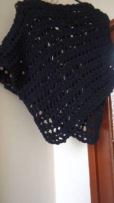 Poncho preto, feito em trico com ponto turco, vazado. Seu cumprimento chega até a região da cintura. Peça curinga para se usar por cima de regatas. Fica super bem com jeans. R$ 45,00