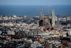 El horizonte de Barcelona con la Sagrada Familia al fondo y el mar detrás