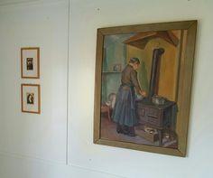 Mor Kvalstad i kjøkkenet. Maleri av Elliot Kvalstad. Til venstre to Tresnitt med tittel 'Rembrandt' og 'Kvinne'