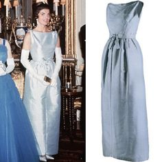 EVGENIA GL First Lady Jackie Kennedy wears a light blue Chez Ninon gown when visiting Queen Elizabeth II at Buckingham Palace in June Jacqueline Kennedy Onassis, Jackie Kennedy Style, Jaqueline Kennedy, Los Kennedy, John Kennedy Jr, Caroline Kennedy, Jackie Oh, Vintage Couture, Norma Jeane