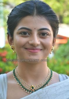 celebrity jewellery, actress Anandhi wearing simple pearls necklace, emerald drops necklace with earrings Gold Earrings Designs, Gold Jewellery Design, Bead Jewellery, Pearl Jewelry, Gold Jewelry, Gold Designs, Pearl Necklaces, Necklace Designs, Pearl Beads