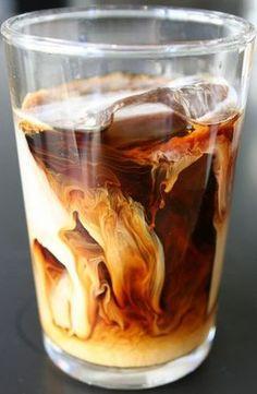 Blitzschneller Eiskaffee: kalter Kaffee + Eiswürfel + kalte Milch