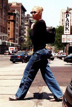 How to wear 'basics' like Carolyn Bessette-Kennedy : 네이버 블로그 John Kennedy Jr, Carolyn Bessette Kennedy, Caroline Kennedy, Jfk Jr, Big Fashion, Fashion Outfits, Timeless Fashion, Autumn Winter Fashion, Style Icons