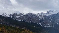 Punta Alta (2735 metros), Picollosa (2708 metros), La Ribereta (2685 metros), la Punta Es Litás (2622 metros), Peña La Una (2699 metros), las Agujas de Lavasar y los Mobisones Gran (2601 metros) y Chico (2439 metros)