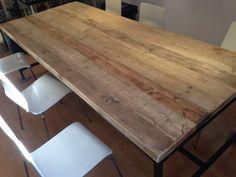Tablero de madera rústica de 45mm de grosor. Medidas 298,5 x 83,5. Estructura de hierro con travesera central. Altura total 75 cm.