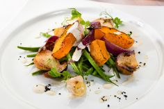 Теплый салат из тыквы, грибов и красного лука