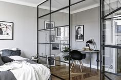 Un bureau dressing derrière la verrière | bedroom