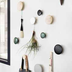 Decorate your home with The Dots from Muuto, Modern Scandinavian Design. Inred ditt hem med The Dots från Muuto, Modern Skandinavisk Design. Scandinavian Wall Hooks, Scandinavian Interior, Dots Muuto, Modern Coat Hooks, Decoration Entree, Scandinavia Design, Closet Bedroom, Messy Bedroom, Bedroom Kids