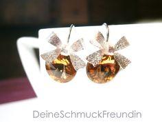 Ohrringe aus Echt Silber 925 mit österreichischen Markenkristallen in der Farbe light-topas. Die Silber-Ohrringe sind 21 mm lang, die Rivoli-Kristalle haben einen Durchmesser von 10 mm. Geziert...