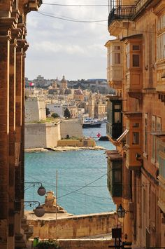 Aperçu du Grand Port depuis une rue de La Valette (capitale de Malte)