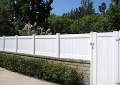 most popular Ideas for white retaining wall garden Retaining Wall Fence, Wood Privacy Fence, Privacy Walls, Brick Fence, White Picket Fence, White Fence, Valencia, Backyard Fences, Backyard Landscaping