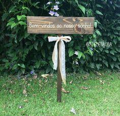 Placa de madeira para casamentos e festas com uma mensagem. Essa ganhou um laço de juta e renda branca. Bem-vindos ao nosso sonho!                                                                                                                                                      Mais