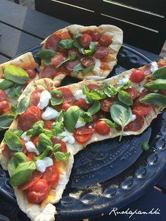Ruokapankki: Grillipizza, ihan parasta, sitä ei usko ennen kuin... Vegetarian Recipes, Snack Recipes, Cooking Recipes, Pizza Burgers, Good Food, Yummy Food, Salty Foods, Summer Recipes, Food Hacks