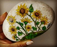 Sunflowers painted on a rock. Rock Painting Patterns, Rock Painting Ideas Easy, Rock Painting Designs, Pebble Painting, Pebble Art, Stone Painting, Painted Rocks Craft, Hand Painted Rocks, Painted Stones