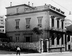 Το κτίριο στο νούμερο 33 της οδού Πειραιώς ήταν η οικία του γιατρού Μαγγίνα. Χτίστηκε την περίοδο μεταξύ 1870 και 1895. Με τη διαθήκη του γιατρού πέρασε στο Πανεπιστήμιο και στέγασε τη Φοιτητική Λέσχη από την ίδρυσή της, το 1921, μέχρι τη μεταφορά της στο κτίριο Ιπποκράτους και Ακαδημίας.