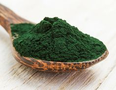 """The health benefits of spirulina are undeniable. Spirulina is hailed as a superfood that promotes body and brain health. This blue-green """"miracle"""" algae grows naturally in oceans and salty lakes in subtropical climates. Wellness Mama, Health And Wellness, Holistic Nutrition, Brain Nutrition, Food Porn, Heart Attack Symptoms, Calendula Benefits, Stomach Ulcers, Valeur Nutritive"""