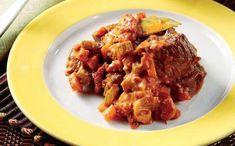 Υλικά  1.500 γρ. μοσχάρι (ελιά ή χτένι σπάλας) κομμένο σε μπουκιές λίγο αλεύρι για το πανάρισμα 6 κουτ. σούπας ελαιόλαδο 2 σκελίδες σκόρδο με τη φλούδα του 2 ξερά κρεμμύδια ψιλοκομμένα 3 κλωνάρια σέλερι ψιλοκομμένο 3 καρότα ψιλοκομμένα 1 καυτερή πιπεριά ψιλοκομμένη λίγα φύλλα δεντρολίβανου λίγα φύλλα φασκόμηλου 2 δαφνόφυλλα 2 κουτ. σούπας μαϊντανός ψιλοκομμένος 1 φλιτζ. τσαγιού κόκκινο κρασί 2 φλιτζ. τσαγιού ζωμός κρέατος ή νερό 500 γρ. ψιλοκομμένες ντομάτες 1 κομμάτι φλούδα πορτοκαλιού
