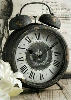 Event & Wedding Supplies Online + Cheap Home Decor Vintage Alarm Clock from Save on Crafts A craft website that sells different items Diy Vintage, Look Vintage, Vintage Stil, Vintage Table, Vintage Antiques, Vintage Items, Shabby Vintage, Antique Items, Vintage Industrial