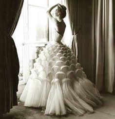 Modefotografie von Regina Relang, Modell in Kleid von Jacques Griffe, Paris 1953