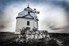 Kostolík Sivá Brada. Málokto o nej vie ale vôkol kostola všade vyviera baldovská minerálka. Magické miesto !  #praveslovenske od @kristinatorokovaphoto