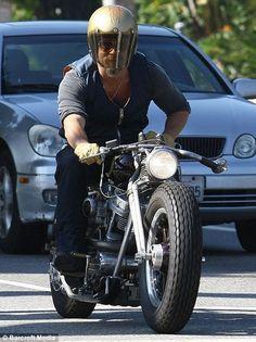 Brad Pitt sur sa moto