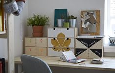 Et skrivebord med ryddige skuffer.