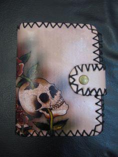 Carteira de couro ecologico com estampa de caviera e rosas R$59,00