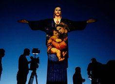 法国灯光艺术家在 救世基督像 Christ the Redeemer 上投射出耶稣基督和圣母子图像,迎接圣诞节的到来,巴西 Brazil 里约热内卢 Rio de Janeiro。巴西是世界上天主教信徒最多的国家,约1亿2千3百万人口为天主教徒,占总人口的65%。摄影师:Yasuyoshi Chiba