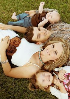 family of 4 with baby pictures ideas - Family Photo Inspiration - Family Photography / Photo Session Ideas / Family Photoshoot Cute Family Photos, Family Picture Poses, Fall Family Pictures, Family Photo Sessions, Family Posing, Family Portraits, Baby Pictures, Fall Photos, Family Photo Shoots