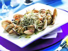 La Gula del Norte con almejas en salsa verde Tapas, Salsa Verde, Spaghetti, Mexican, Ethnic Recipes, Trust, Food, Seafood, Recipes