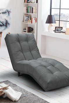 Die Liege Daisy lädt nicht nur zum Entspannen und Wohlfühlen ein, sondern ist durch ihre außergewöhnliche Form ein absoluter Hingucker. Die einladende Optik überzeugt durch die leicht geschwungene Form und die angenehme Sitzposition. Überzeuge dich selbst auf leiner.at // Wohnzimmer einrichten // Wohnzimmer Ideen // Ledercouch // modernes Wohnzimmer // Wohnideen // relax Liege Wohnzimmer // Sofa, Couch, Lounge, Furniture, Home Decor, Chair, Bed Covers, Living Room Ideas, Airport Lounge