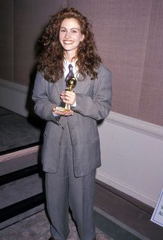 Before Evan Rachel Wood and Octavia Spencer, Julia Roberts Picked Up a Golden Globe in a Pantsuit Golden Globe Award, Golden Globes, Hollywood Fashion, 90s Fashion, Fashion Tips, Julia Roberts Style, Cool Attitude, Style Année 90, Evan Rachel Wood