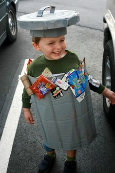 Make a costume out of garbage - ideas for unusual DIY costumes made of recycled material - Fasching - Kids Style Diy Halloween Costumes For Women, Kids Costumes Boys, Diy Costumes, Halloween Crafts, Costume Ideas, Recycled Costumes, Recycled Dress, Carnaval Costume, Vocabulary Parade