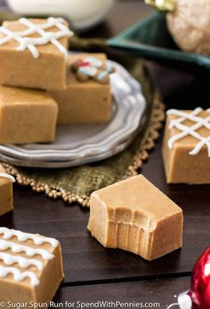 A seasonal gingerbread fudge with warm spices. This takes just minutes to make and doubles as a festive, edible Christmas gift. Edible Christmas Gifts, Christmas Fudge, Christmas Deserts, Xmas Food, Christmas Baking, Christmas Treats, Christmas Stuff, Christmas Time, Veggie Christmas