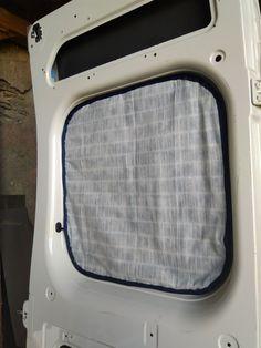Protection thermique DIY sur la fenêtre d'un camping-car Douche Camping Car, Minivan Camping, Camper Blinds, Camper Windows, Cargo Trailer Camper, Camper Caravan, Rideaux Camping-car, Van Conversion Campervan, Accessoires Camping Car