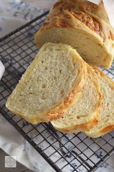 Hoy tenemos un pan con el queso incorporado. Queso gruyère para ser exactos. Un pan con el que podréis preparar la mayoría de los sandwiches de este blog.