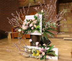 Church Flower Arrangements, Church Flowers, Altar Decorations, Wooden Planters, Amazing Cakes, Exterior, Color, Home Decor, Flower Arrangements