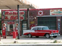 Route 66 retro petrol gas station with 56 Chevy sport sedan Old Gas Pumps, Vintage Gas Pumps, Drive In, Pompe A Essence, Historic Route 66, Old Gas Stations, Old Country Stores, Filling Station, Texaco